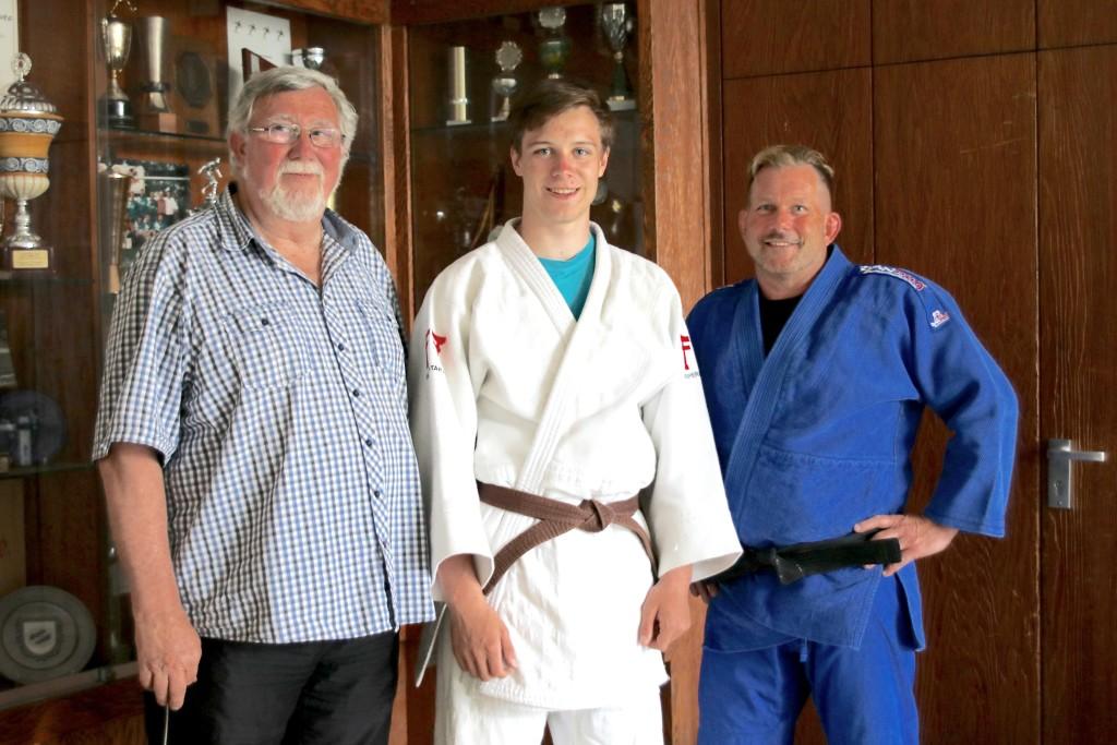 FSJ'ler Jonas Ludwig (Mitte) mit DJK Vorstand Bernward Gruber (links) und Abteilungsleiter Detlef Staffa (rechts)